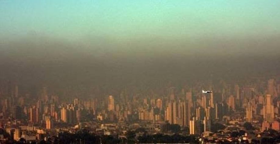 Resultado de imagem para Caminhões e ônibus respondem por metade da poluição do ar em São Paulo